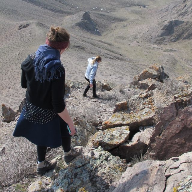 Zwei wandernde Personen in einer felsigen Landschaft