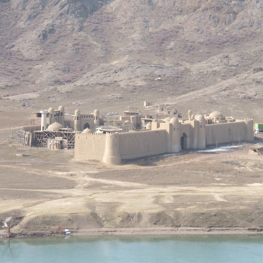 Blick auf eine Festung, die als Filmkulisse diente am Ufer des Ili-Flusses