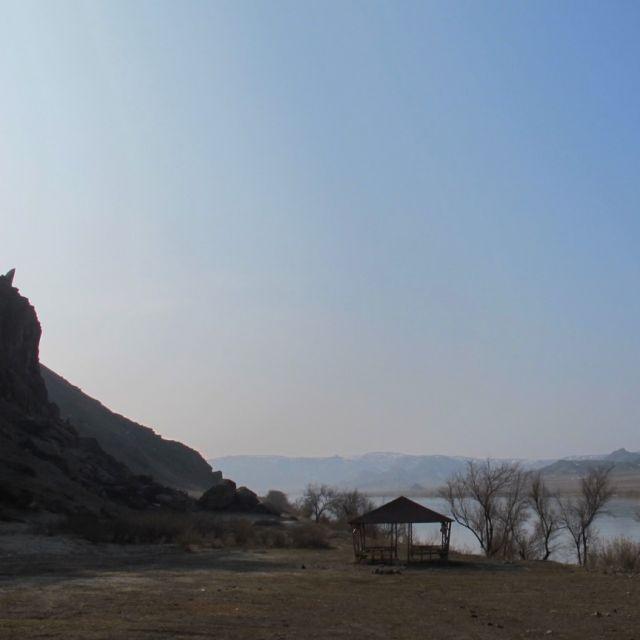 Picknickplatz am Ufer des Ili-Flusses