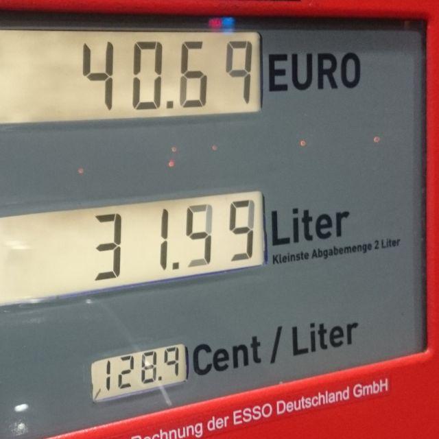 Zapfsäule, die einen Dieselpreis von 1,289 Euro anzeigt.