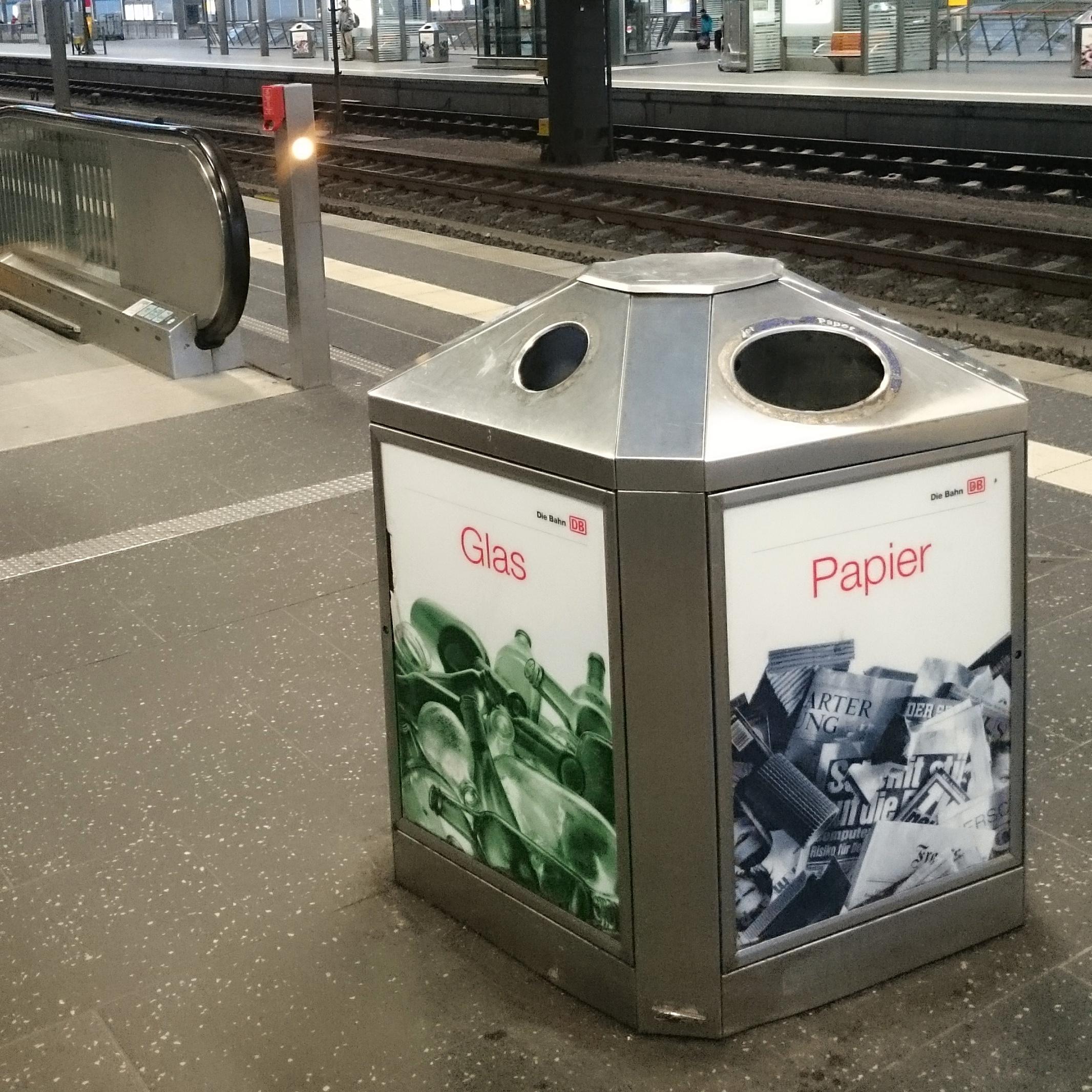 Mülleimer mit Mülltrennung auf dem Erfurter Bahnhof