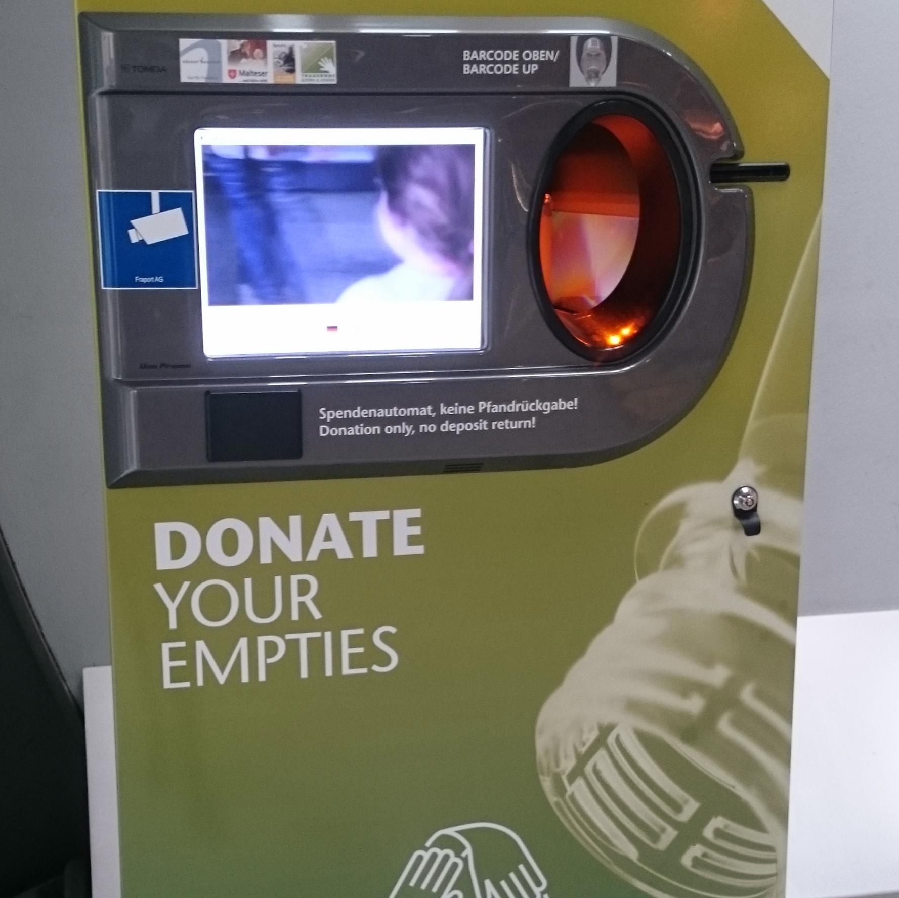 Flaschenautomat zum Pfand spenden am Frankfurter Flughafen