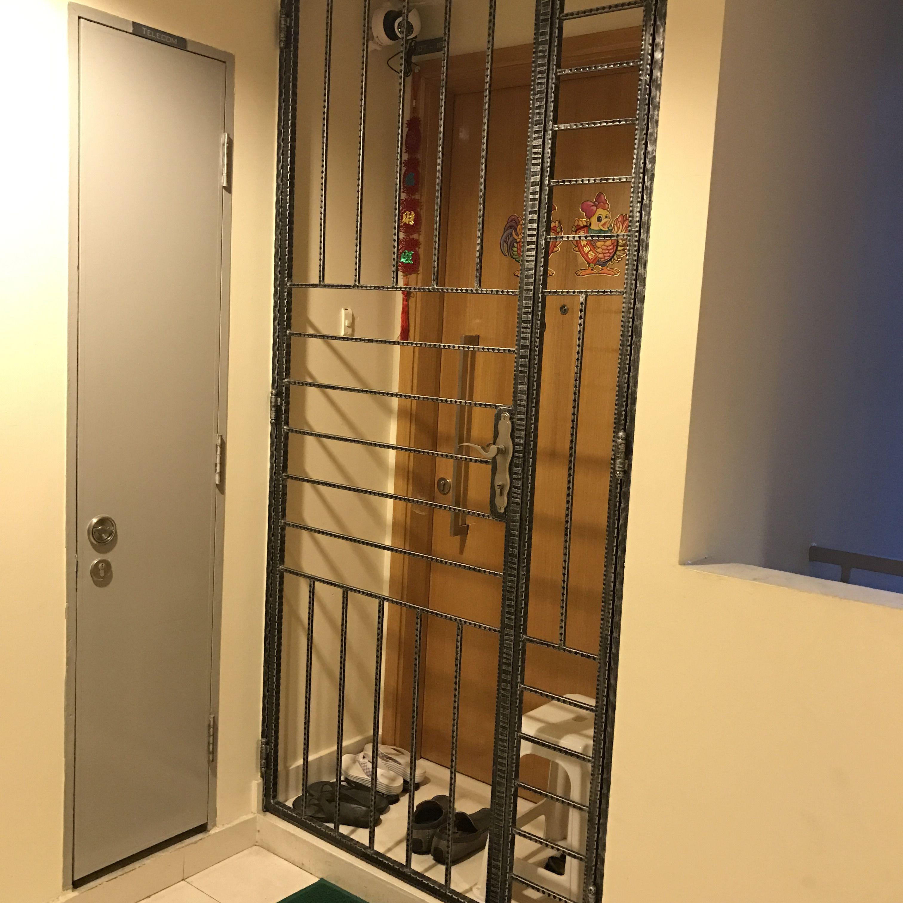 Gittertür im Gebäudekomplex in Singapur