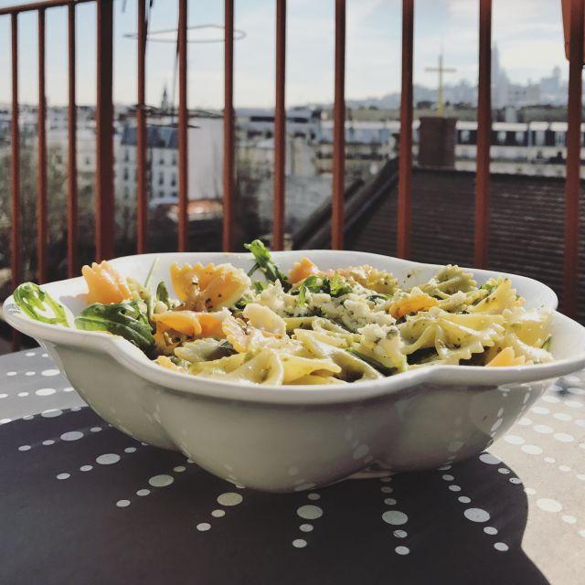 Selber kochen kann auch Spaß machen, vor allem wenn man dann auf dem Balkon mit Blick auf Montmartre genießen kann.