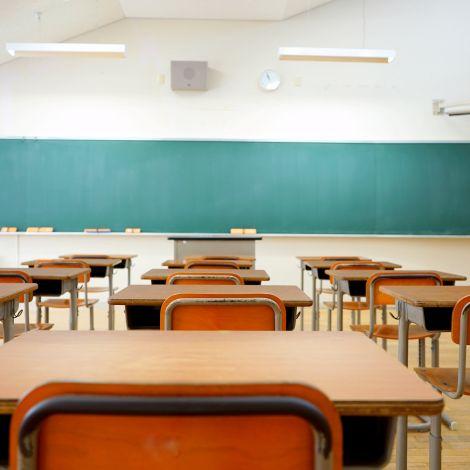 Leerer alter Klassenraum