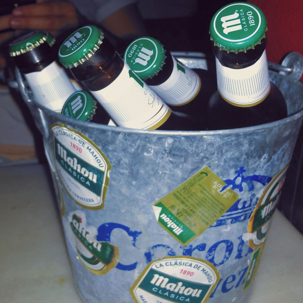 Ein Metalleimer voller Bier