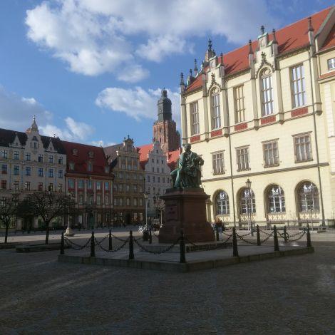 Rynek an einem sonnigen Tag, in der Mitte des Bildes eine Statue, die Aleksander Fredro zeigt, einen beudeutenden polnischen Komödienautor