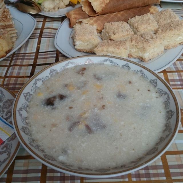 Ein Teller mit milchiger Suppe.