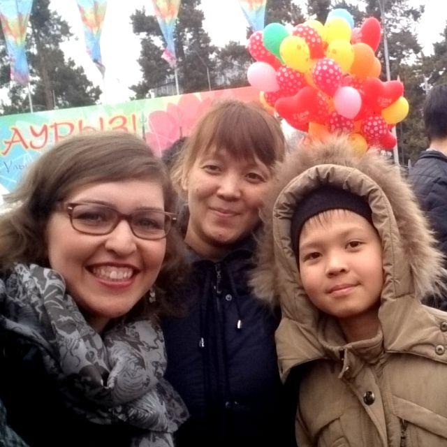 Bild von drei Personen, links Theresa, in der Mitte eine Frau mit ihren Sohn rechts.