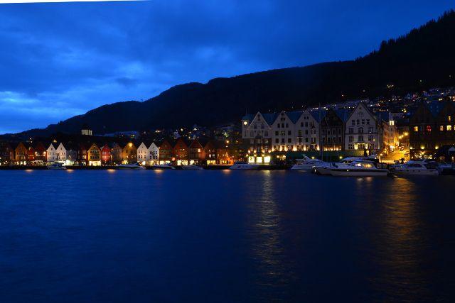 Blick im Dunkeln auf Holzhäuser des Hanseviertels Bryggen