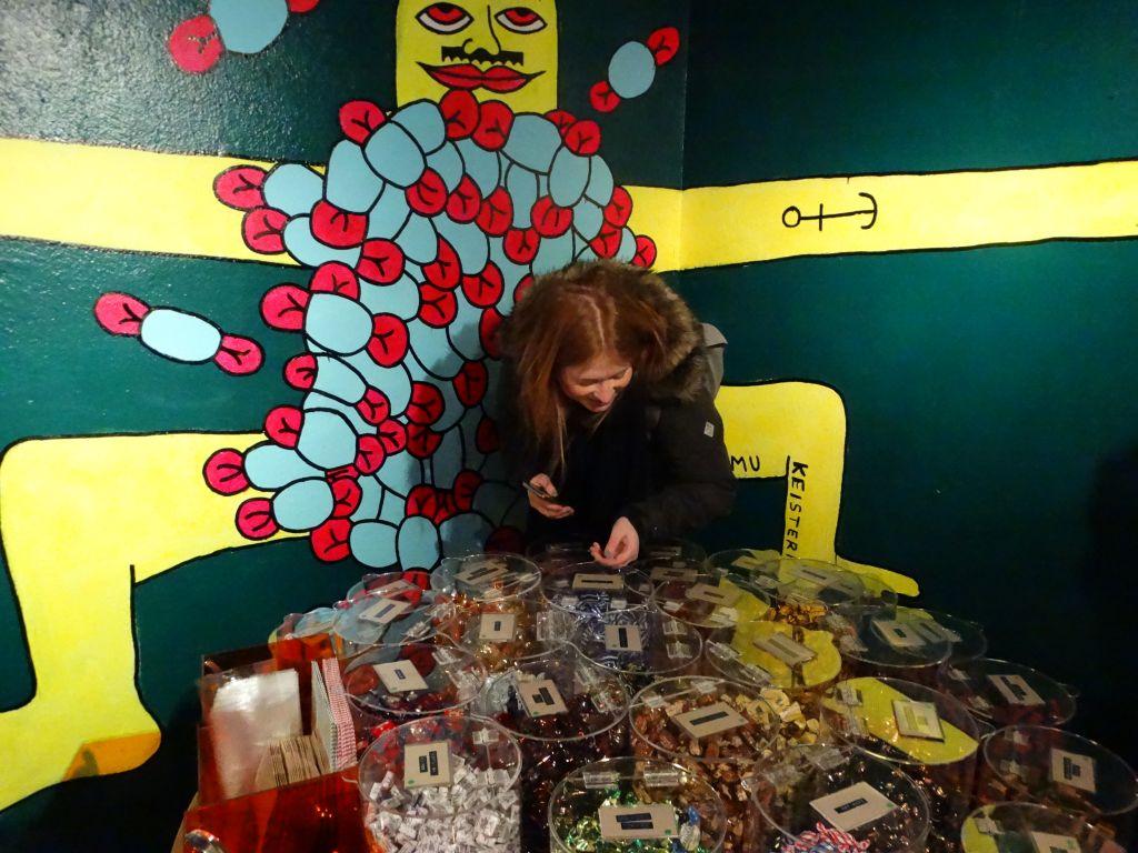Laden voller Süßigkeiten mit Mädchen