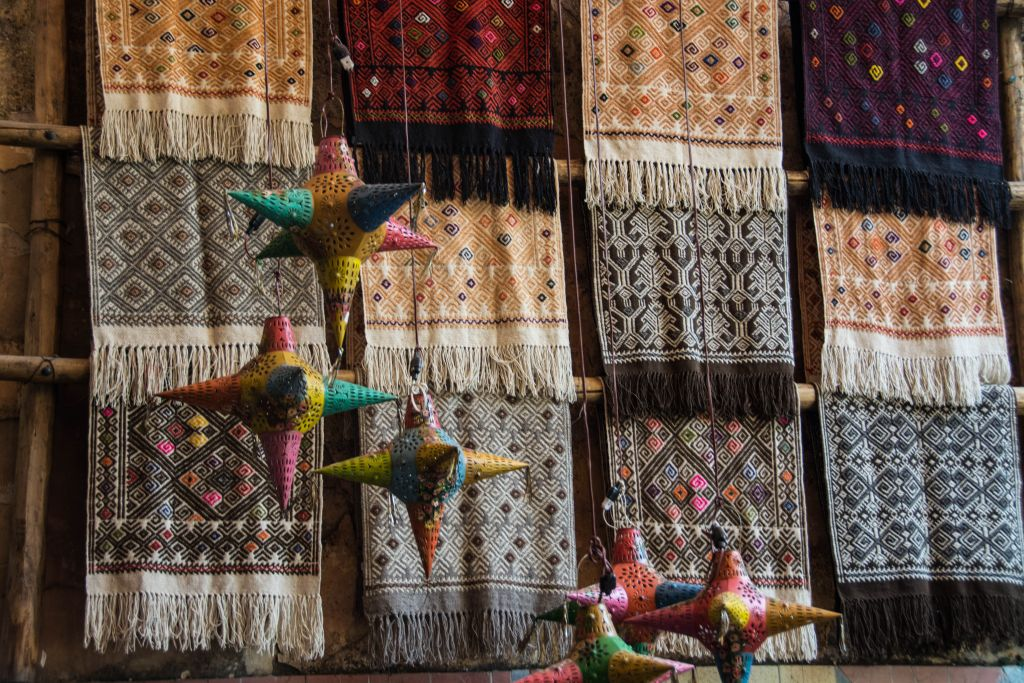 Schals und Lampen in einem Geschäft