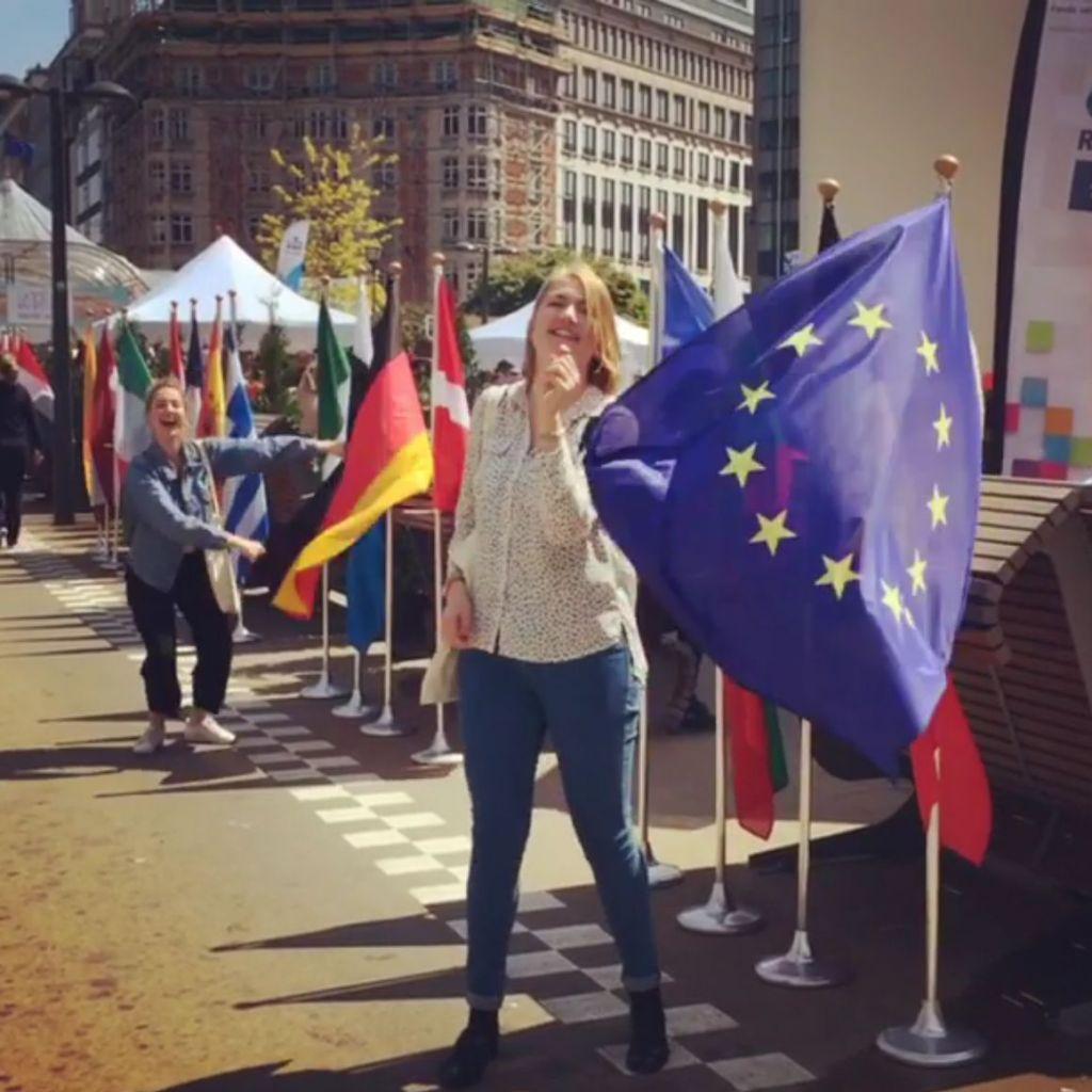 Johanna (im Hintergraund) und eine Kommilitonin (im Vordergrund) spielen mit den Flaggen der EU-Länder am EU Open Day in Brüssel.