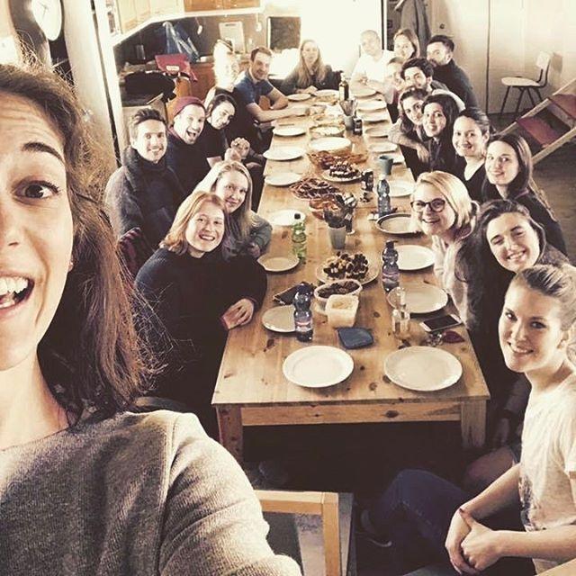 Selfie von Mona mit vielen Freunden in Helsinki, die alle an einer lange Tafel sitzen.