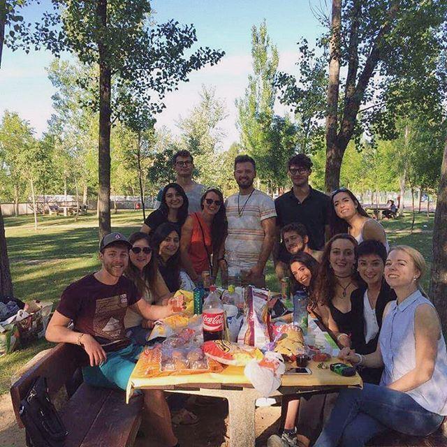 Léon und eine Gruppe von Freunden feiern (Erasmus)Geburtstag im Park in Valladolid.