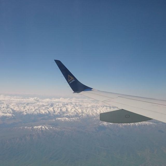 Blick aus dem Flugzeug auf ein Hochgebirge