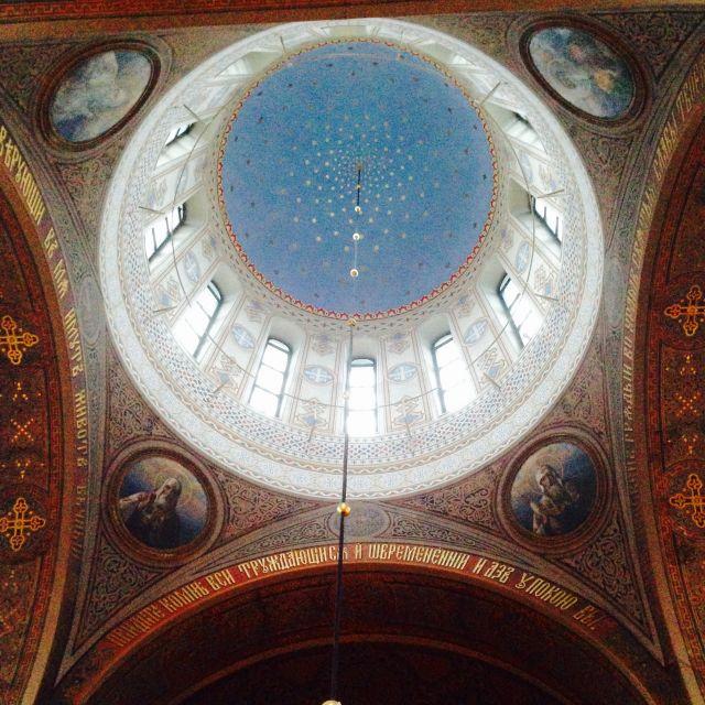 bunt bemalte Decke in einer Kirche