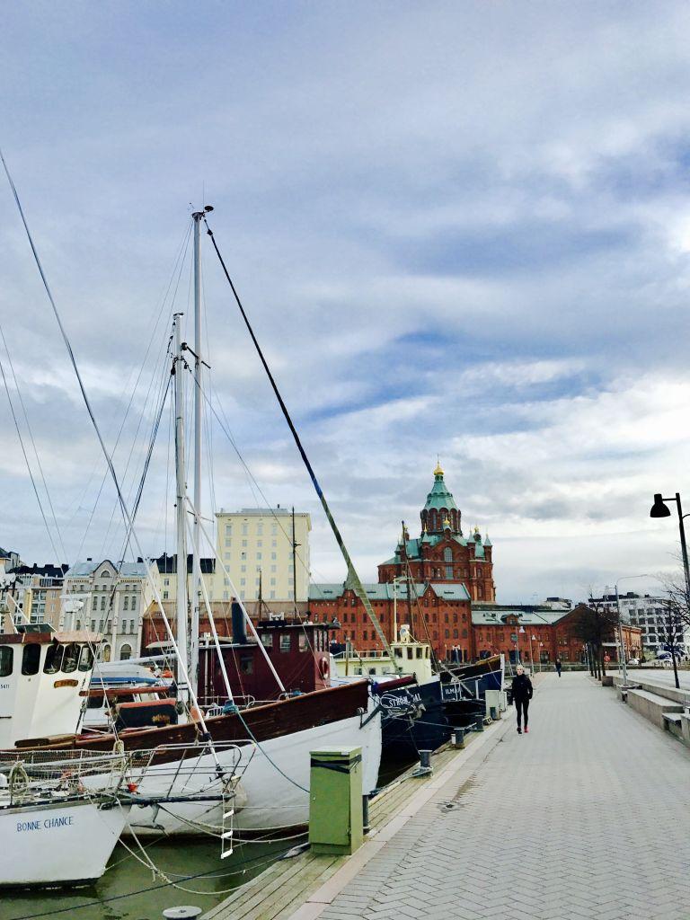 Promenade am Wasser mit Segelschiffen und dem Blick auf eine Kirche