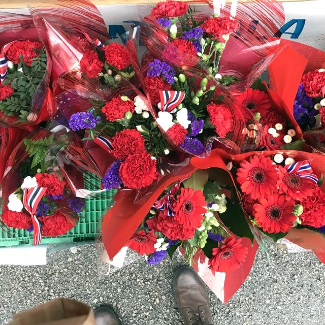 Blumen mit roten, blauen und weißen Schnittblumen, inklusive Dekorationsband in ebendiesen norwegischen Nationalfarben