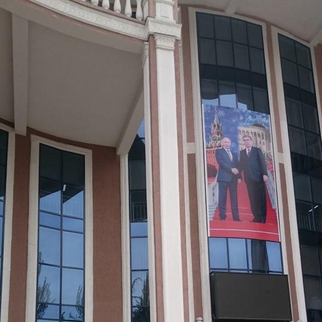 Ein Poster an der Universitätsfassade