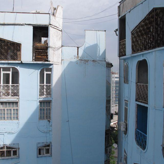 Blick von einem Balkon auf gegenüberliegende Wohnblocks aus der Sowjetzeit