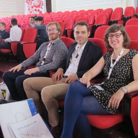 Theresa und zwei ihrer Kollegen im Audimax