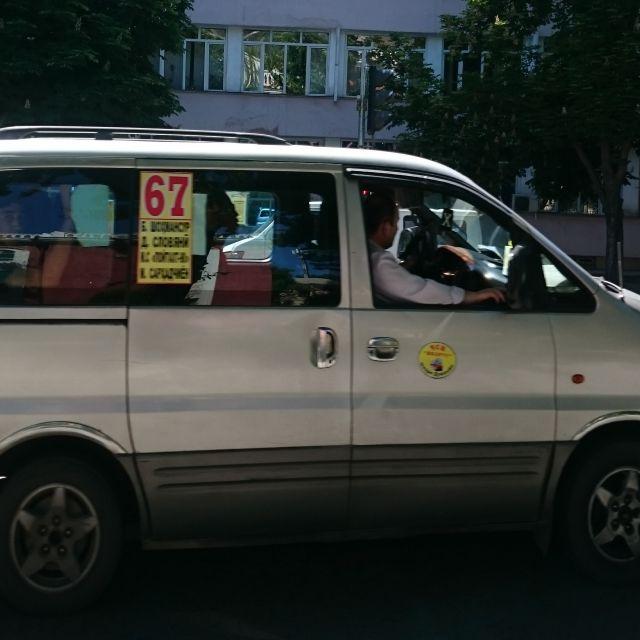 Eine sehr volle Marschrutka (Kleinbus) in Duschanbe mit der Nummer 67.