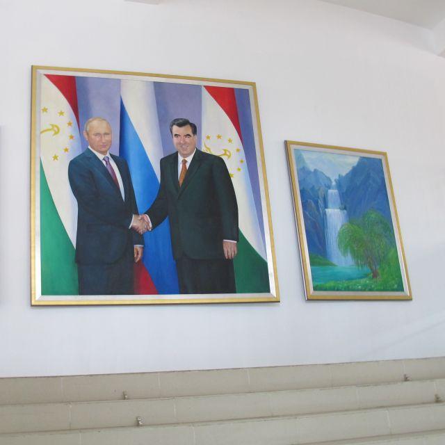 Ein Gemälde der beiden Präsidenten Putin und Rahmon händeschüttelnd.