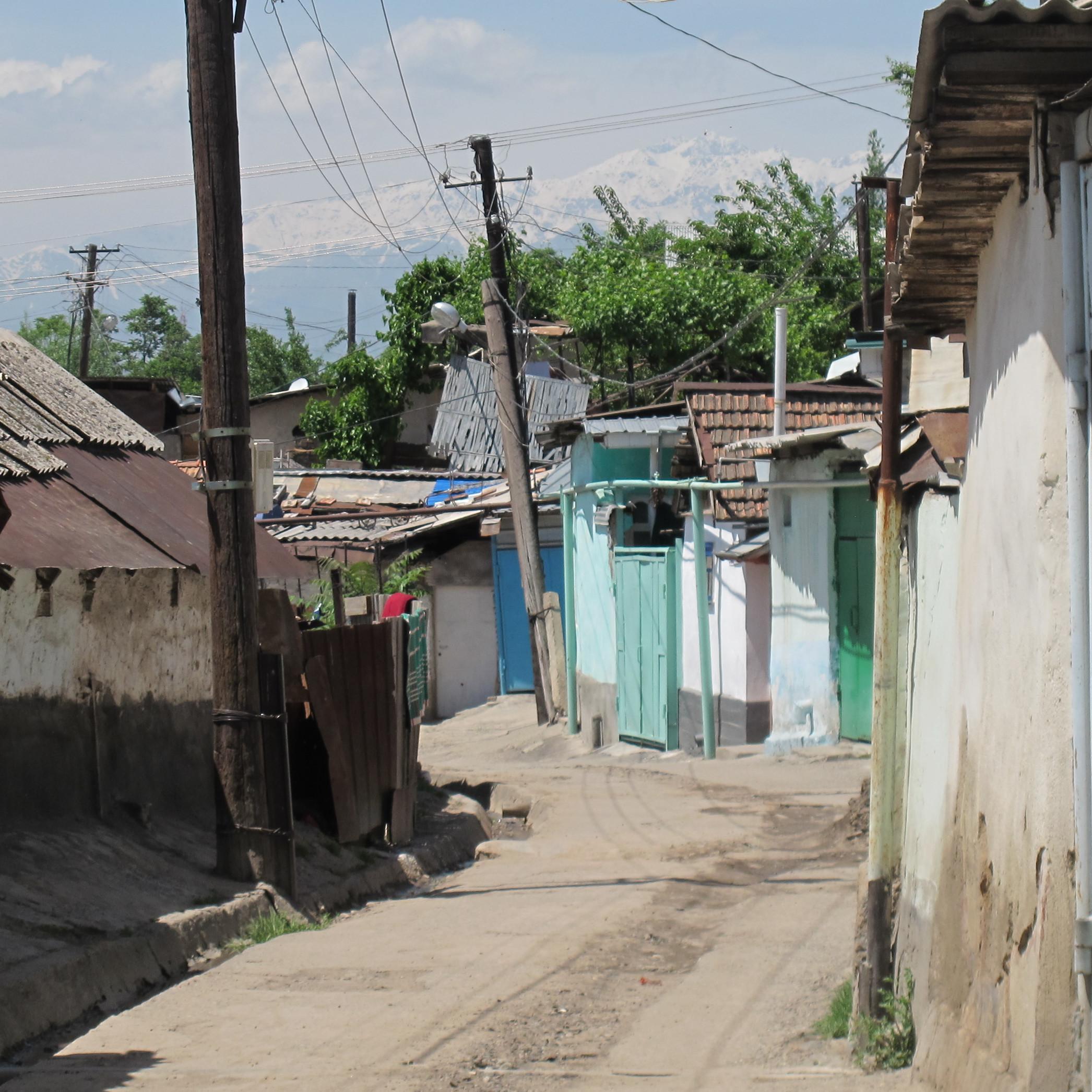 Eine leere Straße in Duschanbe.
