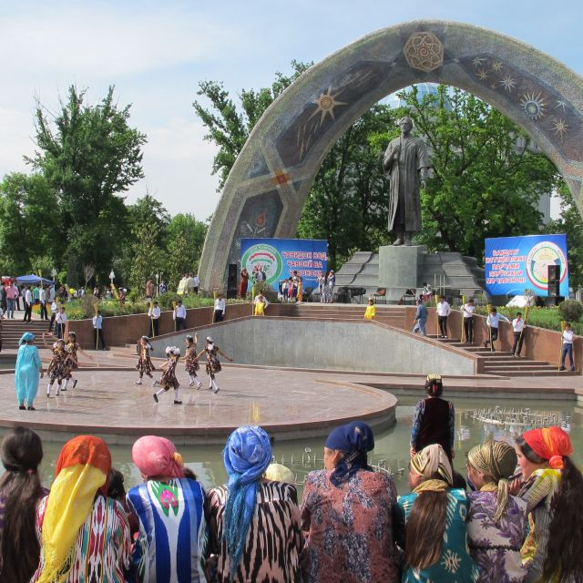 Rudaki Denkmal, traditionell gekleidete Frauen, tanzende Kinder, Aufführung, Show