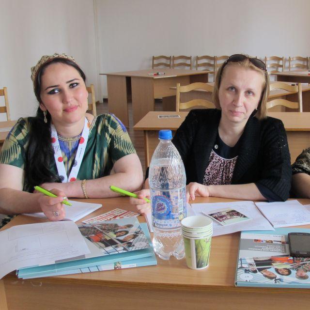 Zwei Lehrerinnen bei der Fortbildung