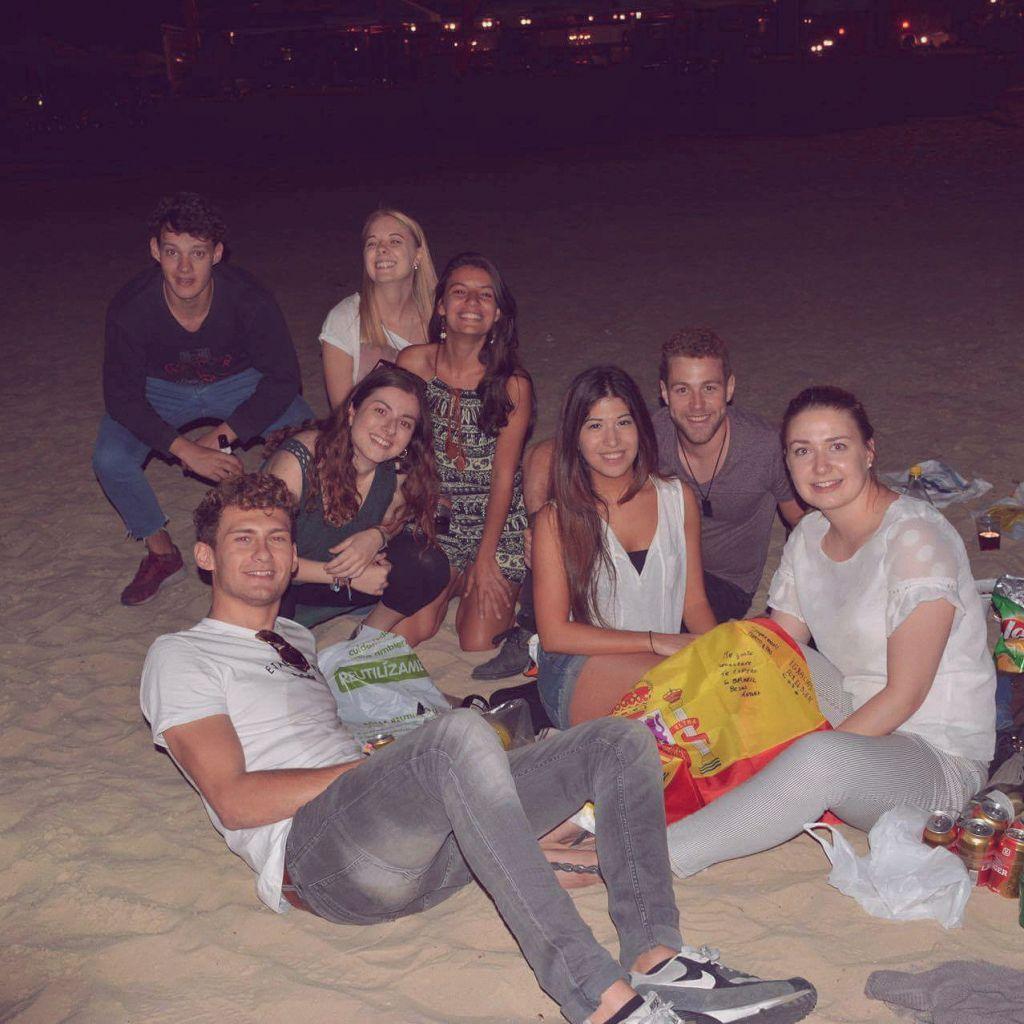 Austauschsstudenten am Strand bei Nacht