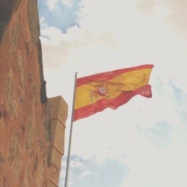 Im Wind wehende gelb-rote Flagge Spaniens