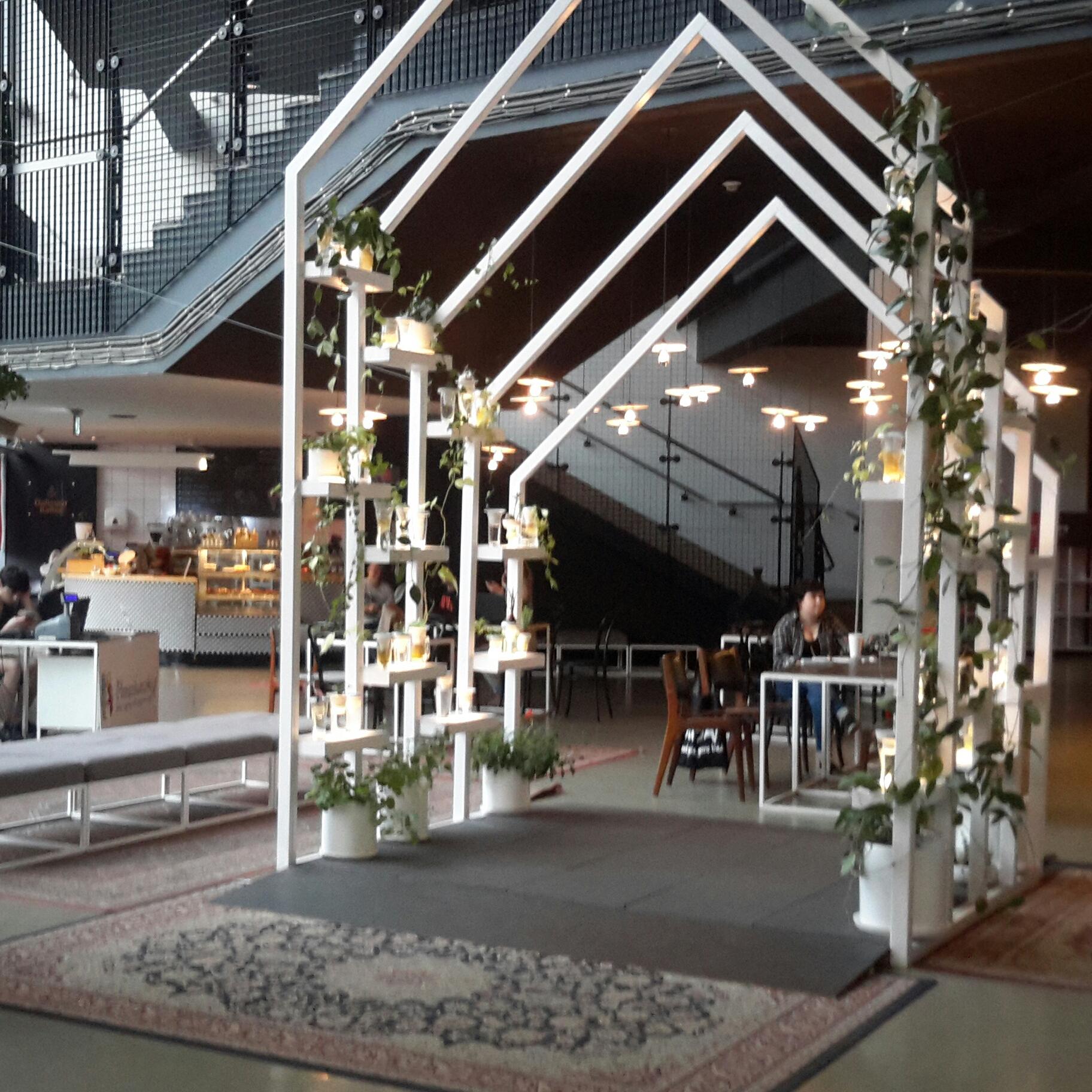Café mit einem Holz Pavillon und vielen verspielten details.