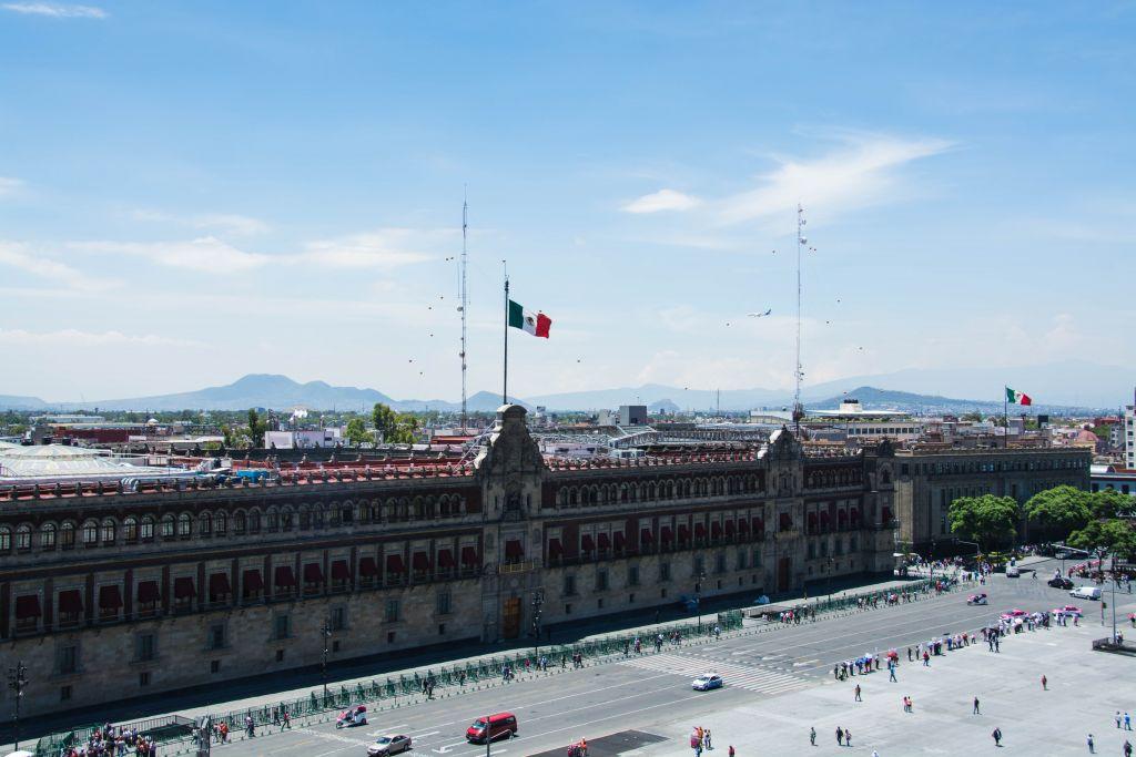 Der Hauptplatz von Mexiko-Stadt, im Hintergrund Berge
