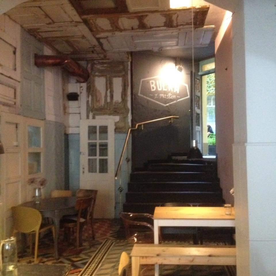Auf die Details kommt es an, eine Wand dieser Bar ist mit Holztüren verkleidet.