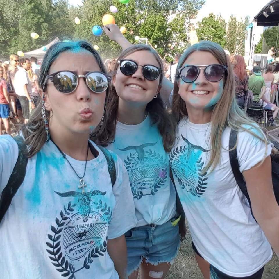 Ich mit meinen zwei besten Freundinnen auf dem holi festival, mit breitem grinsen und viel blauer Farbe