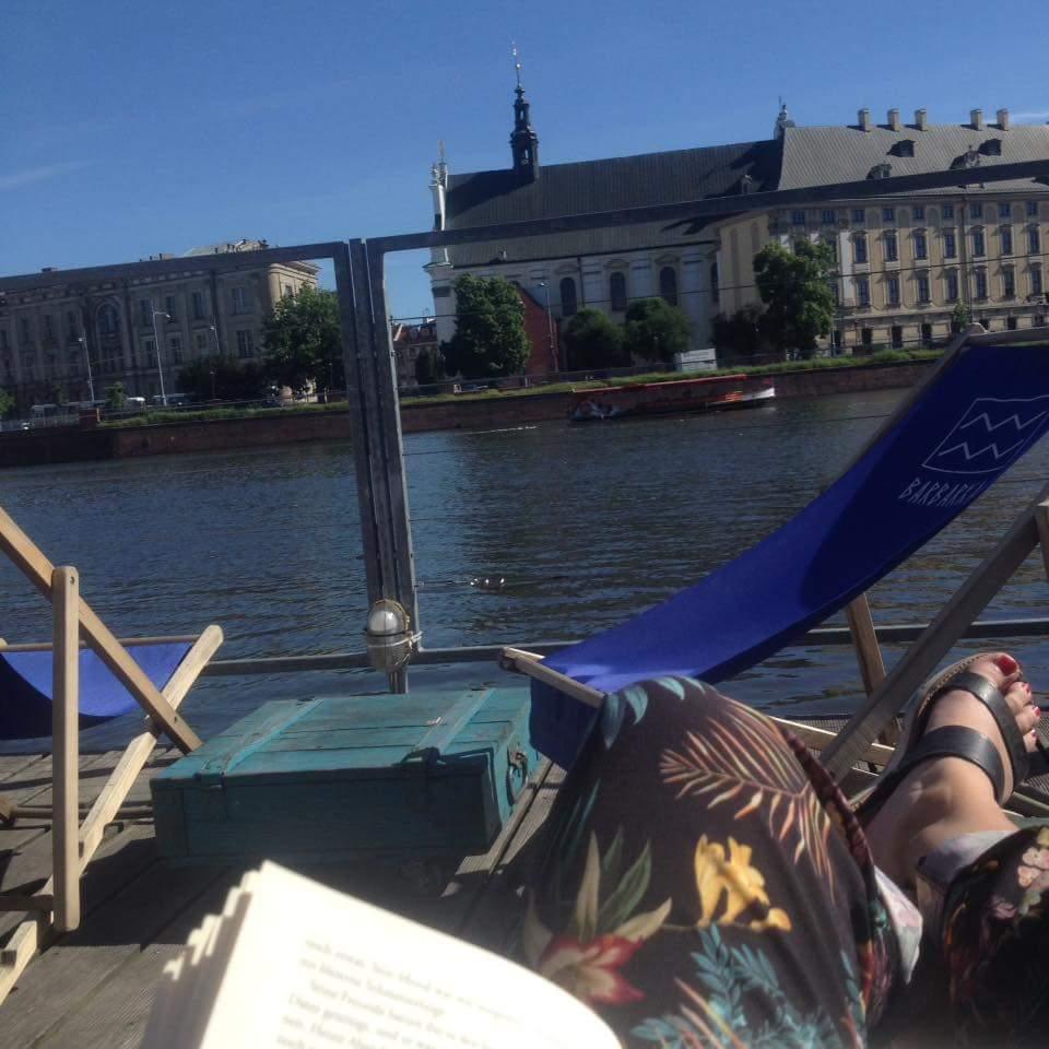 Odersteg mit Blick aufs Wasser und die Universität im Hintergrund