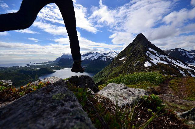 Springende Beine auf einem Berggrat