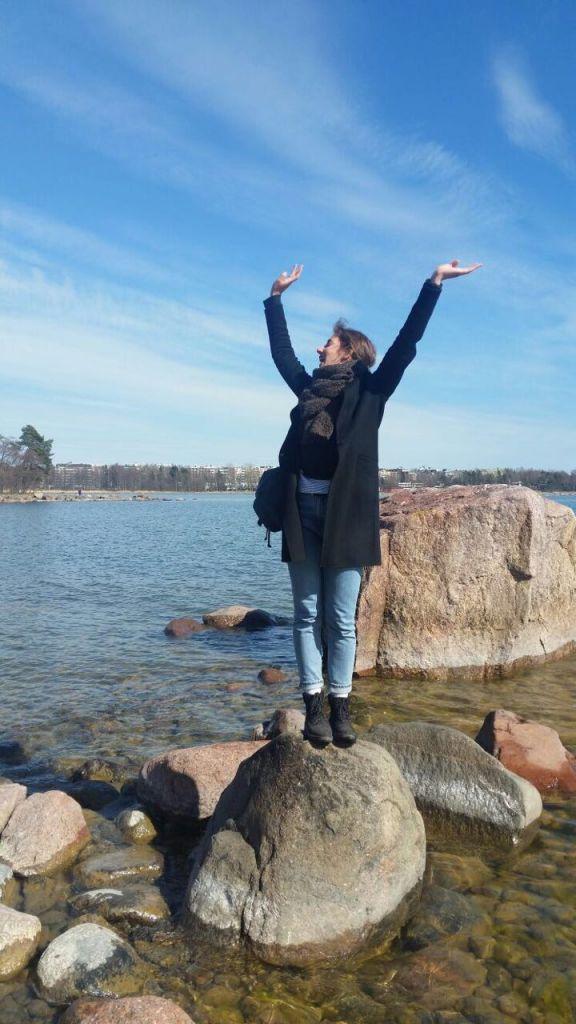 Mädchen auf einem Stein im Meer