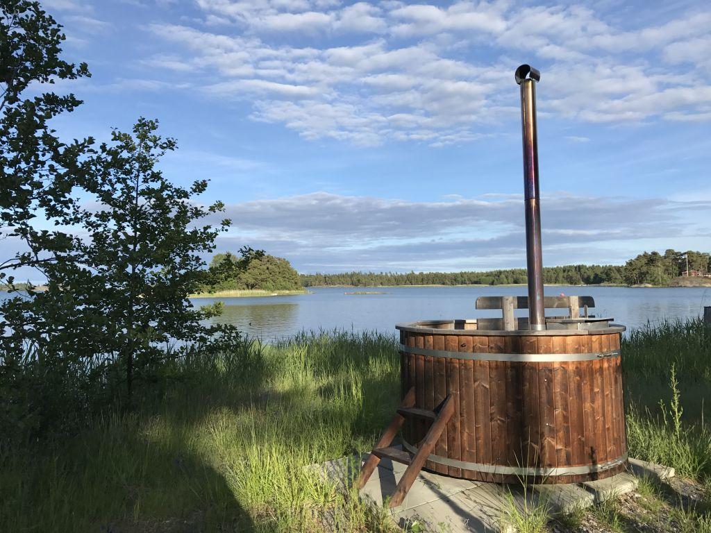 Hölzerner Hot Tub an einem finnischen See