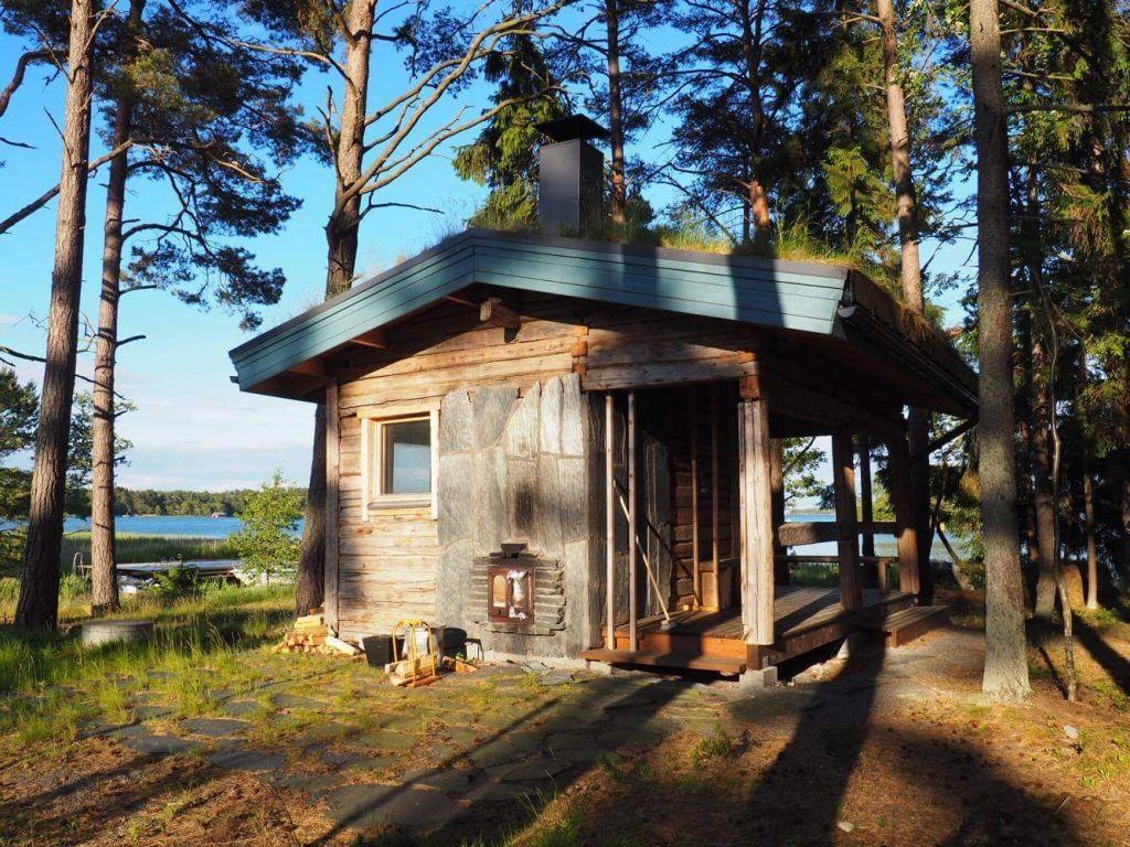 Holzhütte im finnischen Wald auf einer Insel