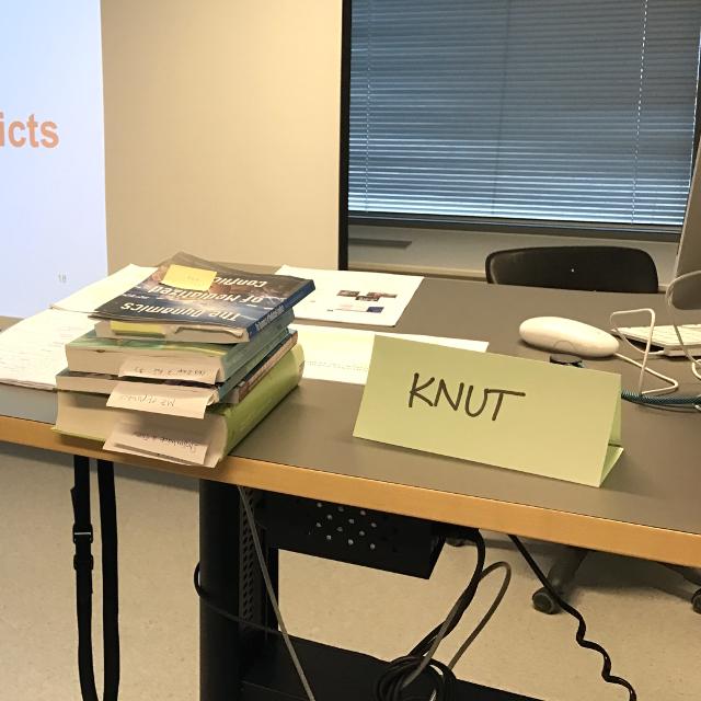 """Namenschild mit der Aufschrift """"Knut"""", daneben Lehrbücher"""