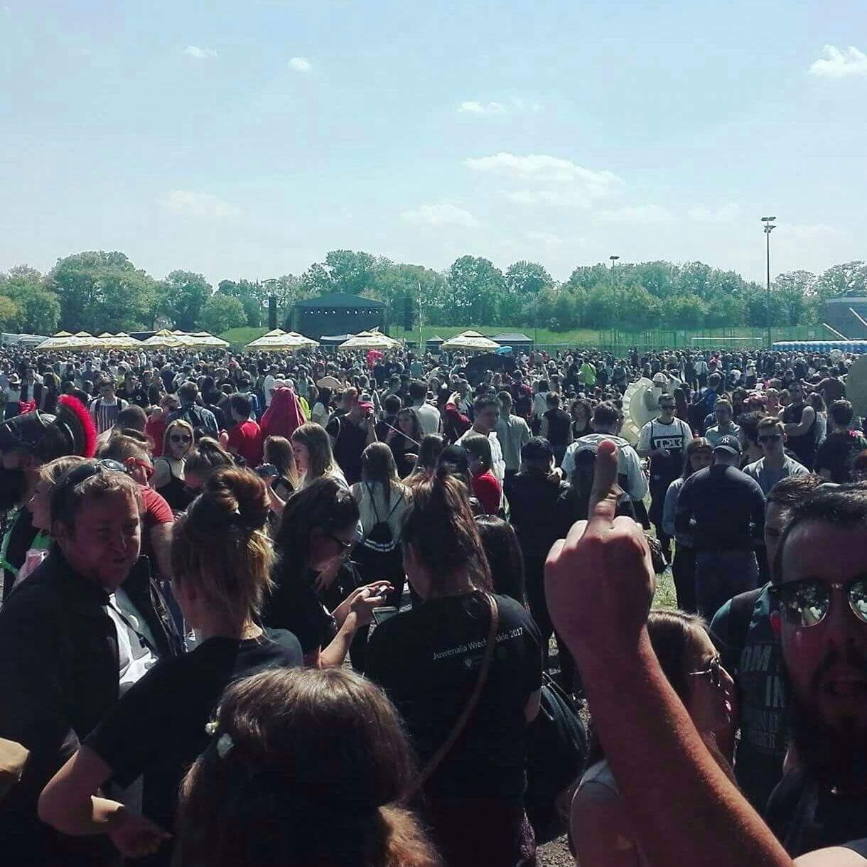 Eine Menschenmenge vor der Konzert Bühne des Festivals