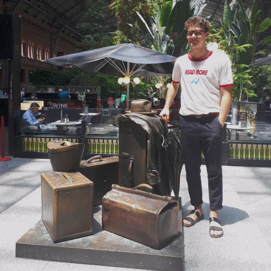 Ich vor einer Kofferskulptur