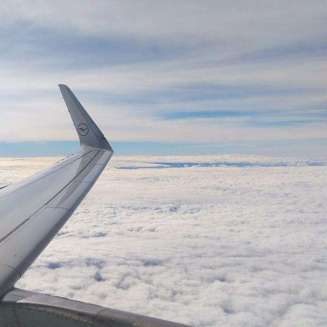 Foto aus dem Flugzeug vom Flugzeugträger über den Wolken