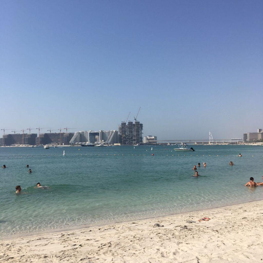 Barasti Beach in Dubai mit Blick auf die künstlich angelegte Palmeninsel