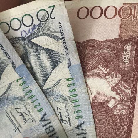 kolumbianische Pesos aufgereiht