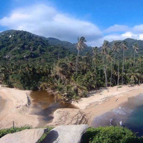 Zwei Buchten treffen aneinander und der Regenwald ist im Hintergrund