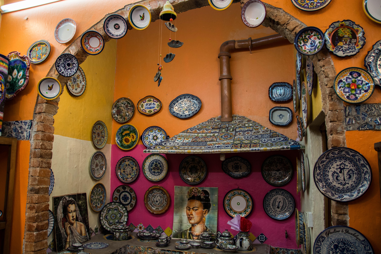 Verschiedene Keramikteller an einer Wand